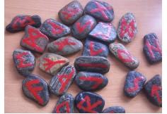 runas fabricadas en piedra por el profesor y vitki Alphenes. Se usan como método de adivinación.