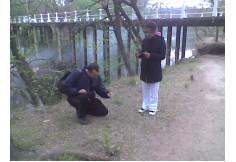 Alumnos de Parapsicología durante un estudio experimental de campo, midiendo las ondas electromagnéticas