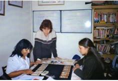 """Alumnas del curso """"técnico en tarot"""" trabajando en clase."""